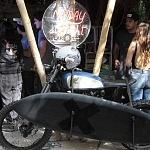 motocicleta de Exhibición con una tabla de surf en el SURF FILM FESTIVAL CDMX 2016