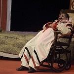 Aziz Gual interpretando Señor Clarini presentado en el teatro  Helénico