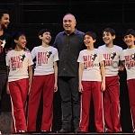 Alejandro Gou productor con el elenco del  musical Billy Eliot en el centro cultural teatro 2 de la ciudad de México