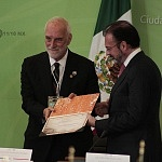 Canciller Luis Videgaray Caso recibió de la Dra Rosa María Fernández de Zamora  certificado de memoria del mundo 1
