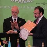Canciller Doctor Luis Videgaray Caso  recibíó de la Dra Rosa María Fernández de Zamora  certificado de memoria del mundo