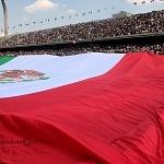 despliegue de la bandera monumental de México como parte  de la  iniciativa UNAMONOS por México en el estadio Olímpico Universitario