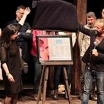Juan Manuel Bernal y Arcelia Ramírez en la develación de la placa de Romeo y Julieta (1)