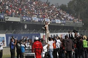 Abraham Calderón piloto del auto 2 de la escudería ARRIS Telcel se corona campeón de la NASCAR México 2017 Festejo