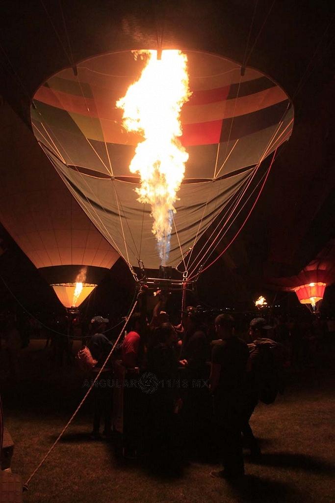 FIG 2017 inflado de un globo aereostatico noche de luces 5