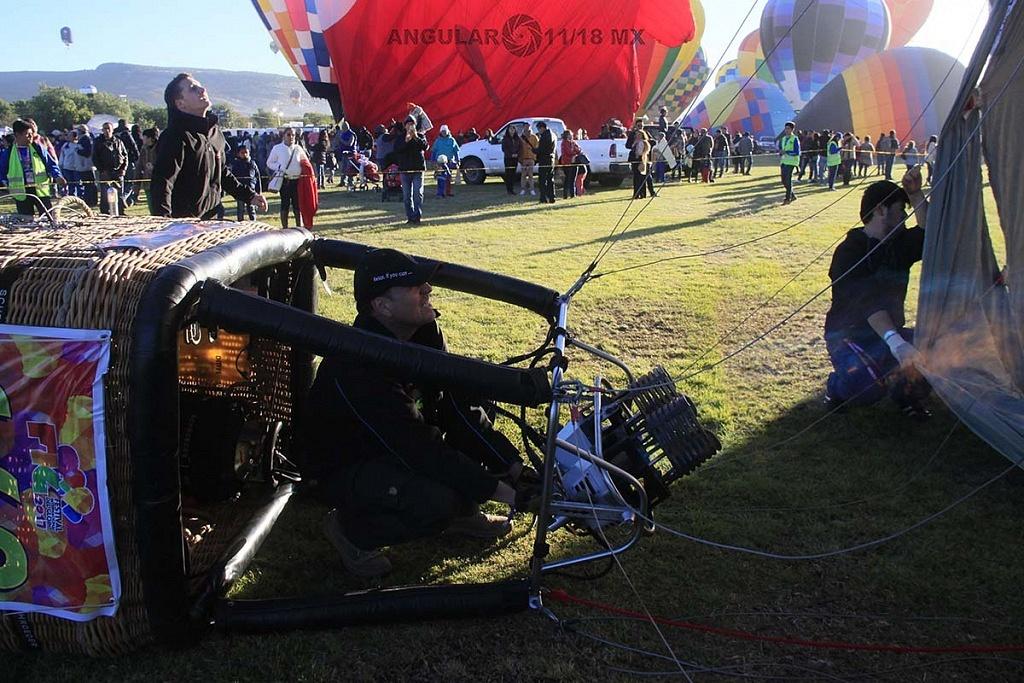 FIG 2017 inflado de un globo aereostatico por la mañana