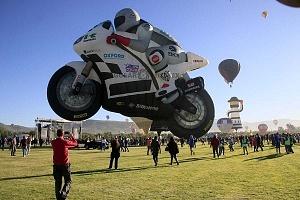 FIG 2017 inflado del globo aerostatico con forma de motocicleta de carreras de origen Holandes llamado TheSuperbiker toma panoramica