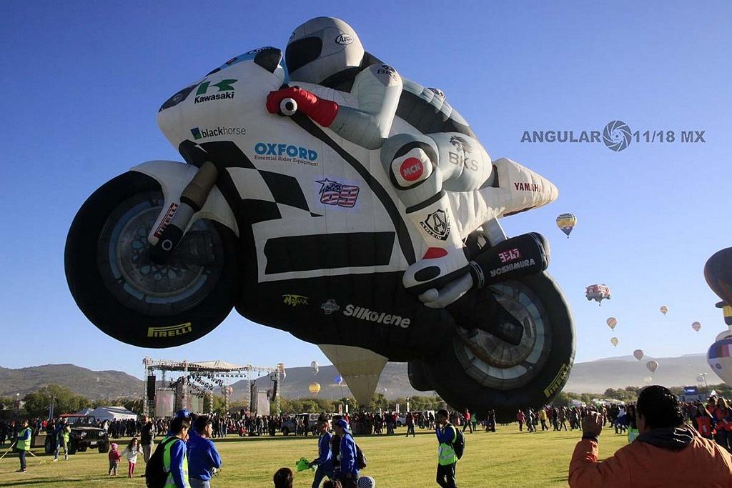 FIG 2017 inflado del globo aerostatico con forma de motocicleta de carreras de origen holandes llamado TheSuperbiker
