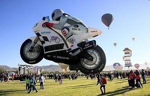 FIG 2017 inflado del globo aerostatico con forma de motocicleta de carreras de origen holandes llamado TheSuperbiker despegue