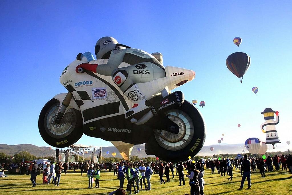 FIG 2017 inflado del globo aerostatico con forma de motocicleta de carreras de origen holandes llamado TheSuperbiker toma lateral
