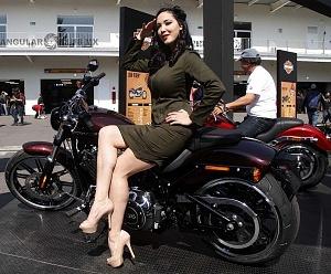 Harley Days 2017 exhibición y venta de motocicletas Harley Davidson edecanes tres