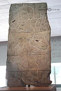 Presentación del bajorrelieve llamado Xoc perteneciente a la cultura Olmeca en el Museo Nacional de Antropología e Historia