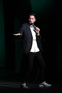 el comediante de stand up Alex Fernández en el show de comedia de Pipa y Guante 2