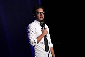 el comediante de stand up Roberto Flores en el show show de comedia de Pipa y Guante 1