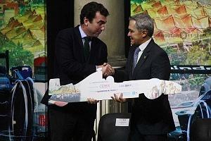 donaciónde la organización de Fórmula Electrica por parte de Alberto Longo a Miguel Angel Mancera jefe de Gobierno de la CDMX