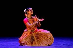 se presento el Bharatanatyam estilo de baile de la India en el Teatro de la Ciudad Esperanza Iris 1
