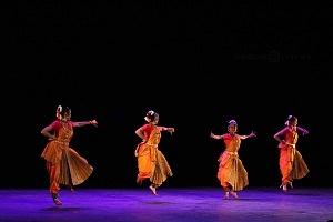 se presento el Bharatanatyam estilo de baile de la India en el Teatro de la Ciudad Esperanza Iris 10