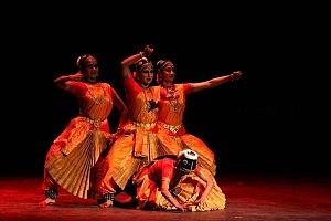 se presento el Bharatanatyam estilo de baile de la India en el Teatro de la Ciudad Esperanza Iris 11
