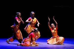 se presento el Bharatanatyam estilo de baile de la India en el Teatro de la Ciudad Esperanza Iris 12