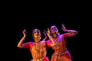 se presento el Bharatanatyam estilo de baile de la India en el Teatro de la Ciudad Esperanza Iris 13