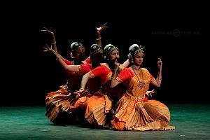 se presento el Bharatanatyam estilo de baile de la India en el Teatro de la Ciudad Esperanza Iris 15