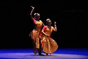 se presento el Bharatanatyam estilo de baile de la India en el Teatro de la Ciudad Esperanza Iris 16