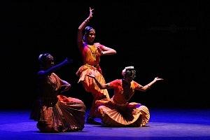 se presento el Bharatanatyam estilo de baile de la India en el Teatro de la Ciudad Esperanza Iris 17