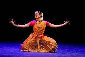 se presento el Bharatanatyam estilo de baile de la India en el Teatro de la Ciudad Esperanza Iris 2