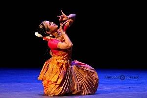 se presento el Bharatanatyam estilo de baile de la India en el Teatro de la Ciudad Esperanza Iris 4