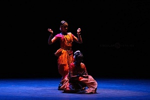 se presento el Bharatanatyam estilo de baile de la India en el Teatro de la Ciudad Esperanza Iris 5