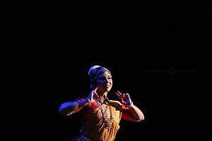 se presento el Bharatanatyam estilo de baile de la India en el Teatro de la Ciudad Esperanza Iris 6