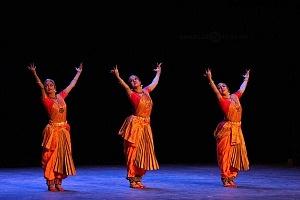 se presento el Bharatanatyam estilo de baile de la India en el Teatro de la Ciudad Esperanza Iris 7