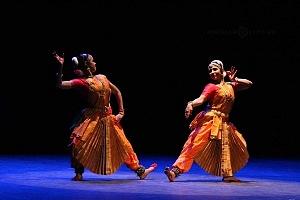 se presento el Bharatanatyam estilo de baile de la India en el Teatro de la Ciudad Esperanza Iris 9