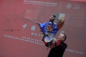 en el jardín principal de la sede diplomática China se ofrecieron shows de canto, titeres y danza Artística con motivo del año Chino del perro 1
