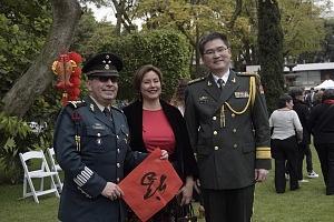 en el jardín principal de la sede diplomática China se ofrecieron shows de canto, titeres y danza Artística con motivo del año Chino del perro represntantes de las fuerzas armadas