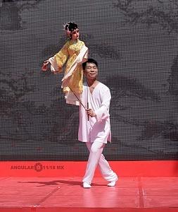 en el jardín principal de la sede diplomática China se ofrecieron shows de canto y danza Artística