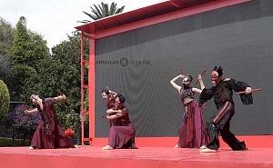 en el jardín principal de la sede diplomática China se ofrecieron shows de canto y danza Artística con motivo del año Chino del perro