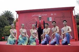 en el jardín principal de la sede diplomática China se ofrecieron shows de canto y danza Artística con motivo del año Chino del perro 6