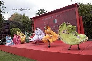 en el jardín principal de la sede diplomática China se ofrecieron shows de canto y danza Artística con motivo del año Chino del perro 8