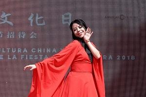 en el jardín principal de la sede diplomática se ofrecieron shows de canto y danza Artística; a cargo de esta exhibición estuvo la compañia Guangzhou