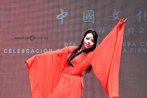 en el jardín principal de la sede diplomática se ofrecieron shows de canto y danza Artística, a cargo de esta exhibición estuvo la compañia Guangzhou