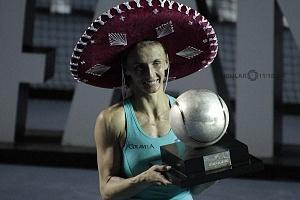 Lesia Tsurenko bicampeona del Abierto Mexicano de Acapulco 2018 con el trofeo de campeona (1)