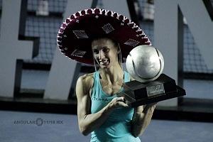 Lesia Tsurenko bicampeona del Abierto Mexicano de Acapulco 2018 con el trofeo de campeona