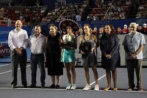 Lesia Tsurenko bicampeona del Abierto Mexicano de Acapulco 2018 con el trofeo de campeona uno