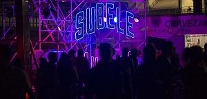 interior del festival vive latino edición 2018 cartel de neon