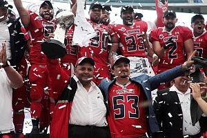 El Couch Rafael Duk con el trofeo del Tazón México III