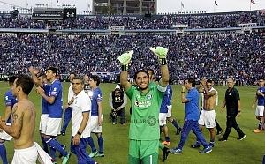 Jesus Corona Arquero del Cruz Azul junto a sus compañeros se despiden de su estadio dando una vuelta al estadio saludando a la afición