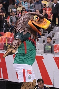 Mascota de las Aguilas del America en el estadio Azteca 1