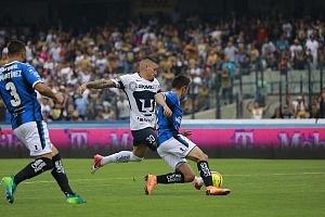 Nicolas Castillo en jugada dividida frente al Queretaro en la ultima jornada del clausura 2018 1