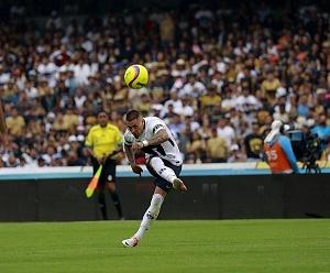 Nicolas Castillo en jugada dividida frente al Queretaro en la ultima jornada del clausura 2018 5